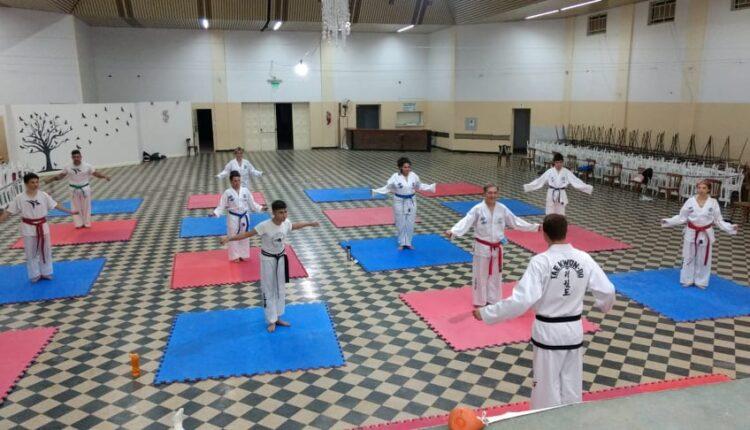 Bajo un estricto protocolo, continua la actividad la escuela de taekwondo local